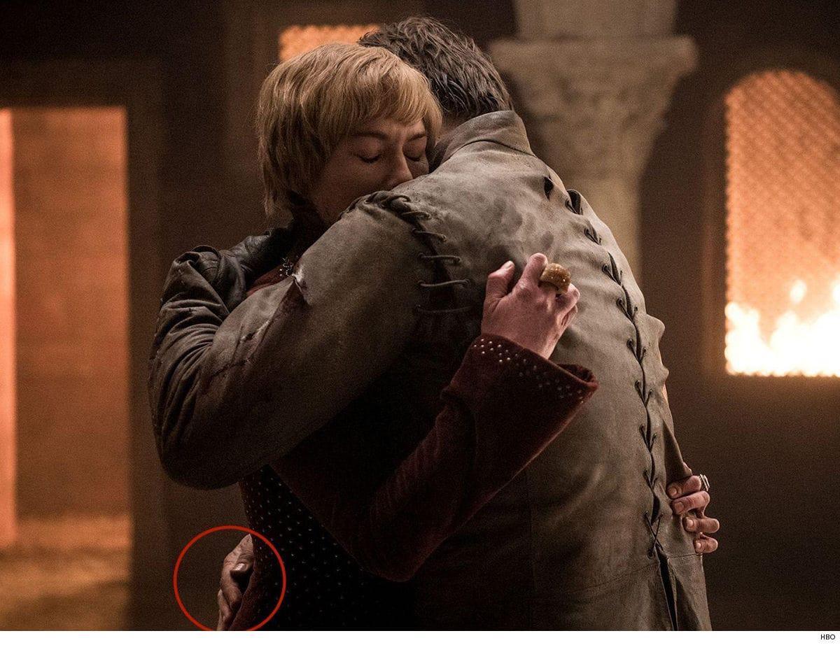 В одном из эпизодов показано, как Джейме Ланнистер обнимает Серсею двумя руками/ TMZ