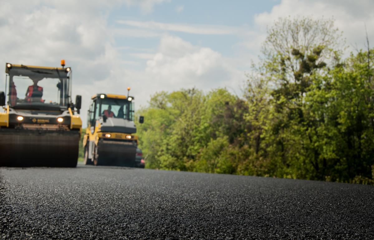 Наразі встелено 2,1 тис. т асфальтобетону / фото Служби автомобільних доріг у Тернопільській області