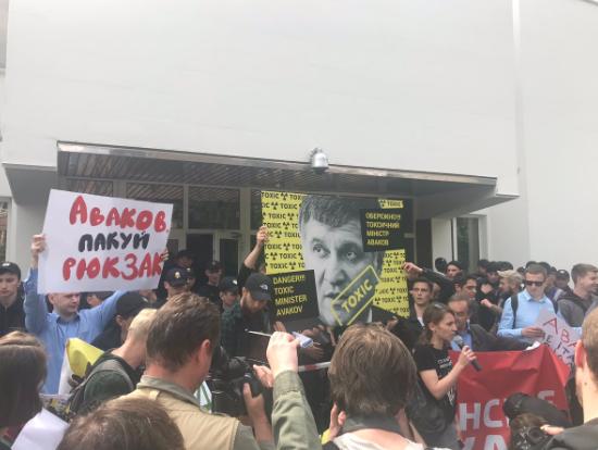 Участники акции решили пойти навстречу правоохранителям и обнести лентой флагштоки у МВД / фото: Центр противодействия коррупции