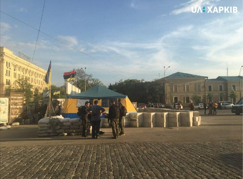 Захисники намету огородили його блоками з пінобетону / фото facebook.com/ua.kharkiv.nstu