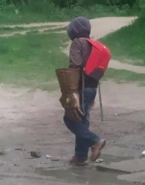 Повернути рукавицю допоміг місцевийжитель, який побачив на вулиці хлопчика з рукавицею/ Оксана Хвальова/Facebook