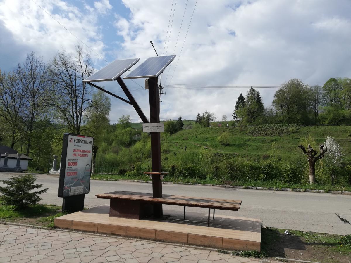 В Воловце даже скамейка с зарядкой для телефонов на солнечных батареях есть / Фото Марина Григоренко