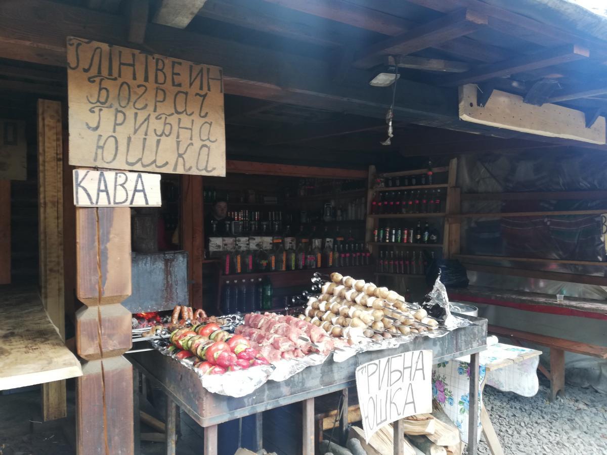 Біля водоспаду продають смачні шашлики / Фото Марина Григоренко