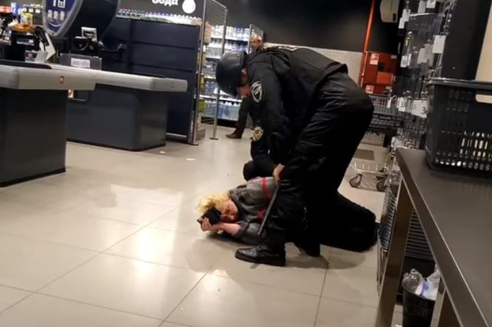 В супермаркете Кривого Рога неадекватная покупательница набросилась на кассира /
