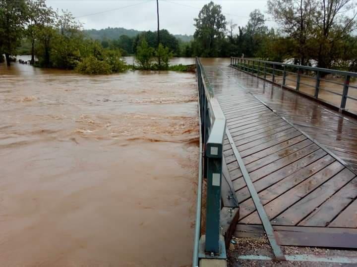 Неподалеку от города Баня-Лука река разрушила временный пешеходный мост/ Фото с сайта www.rtvbn.com
