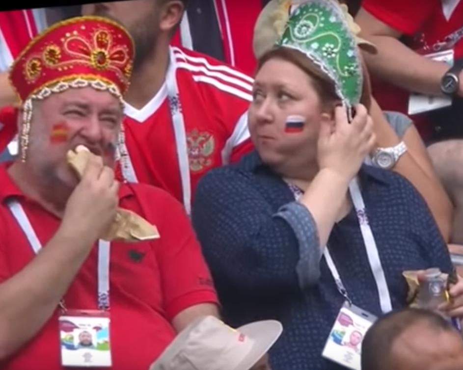 Российские болельщики на футбольном матче/ скриншот