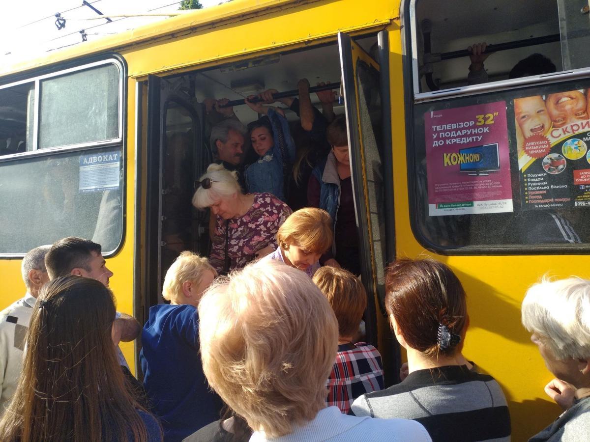 Люди на зупинках беруть тролейбусиледь не «штурмом» / фото Олег Булашев