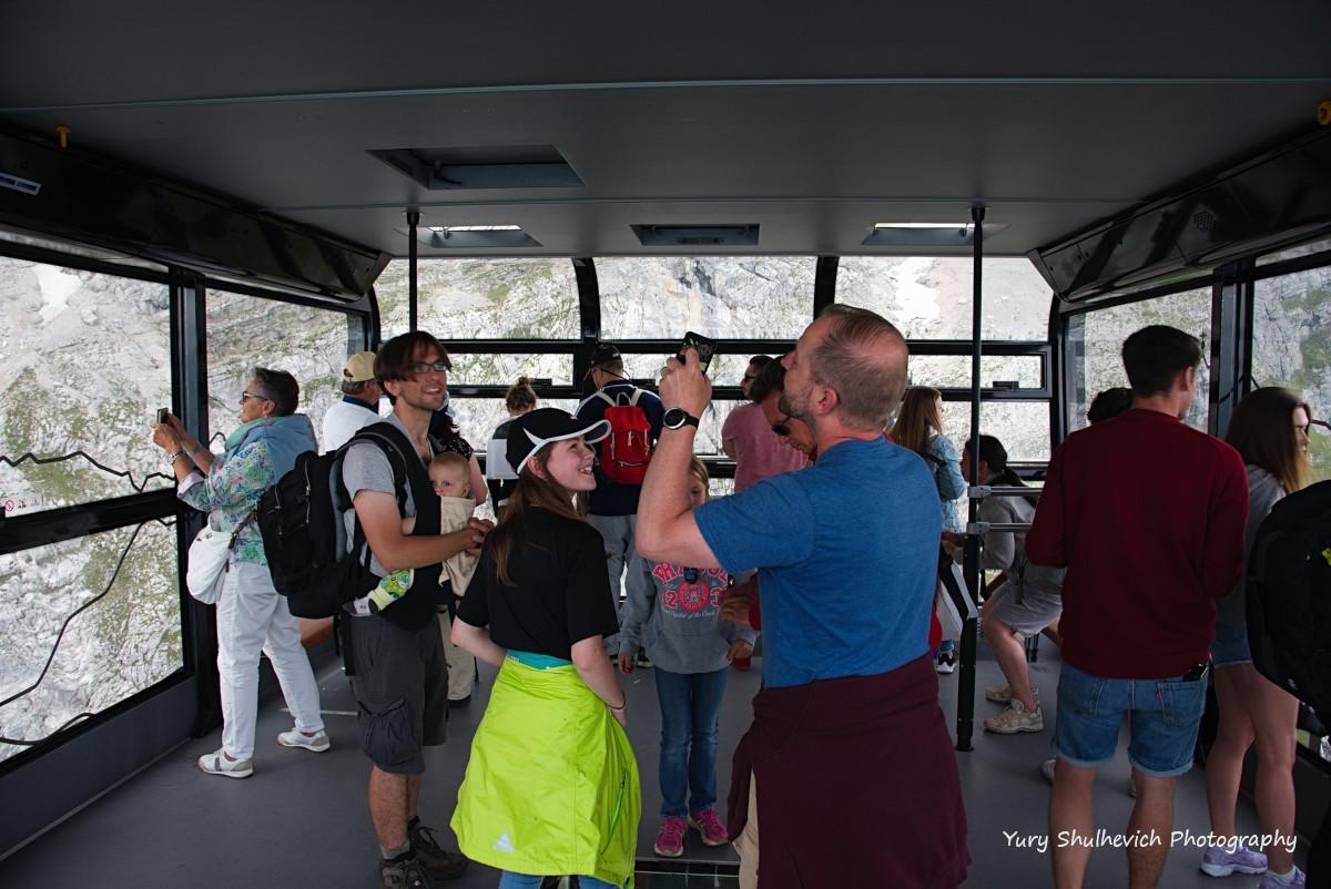 На Цугшпітце підіймаються і діти, і пенсіонери / фото Yury Shulhevich
