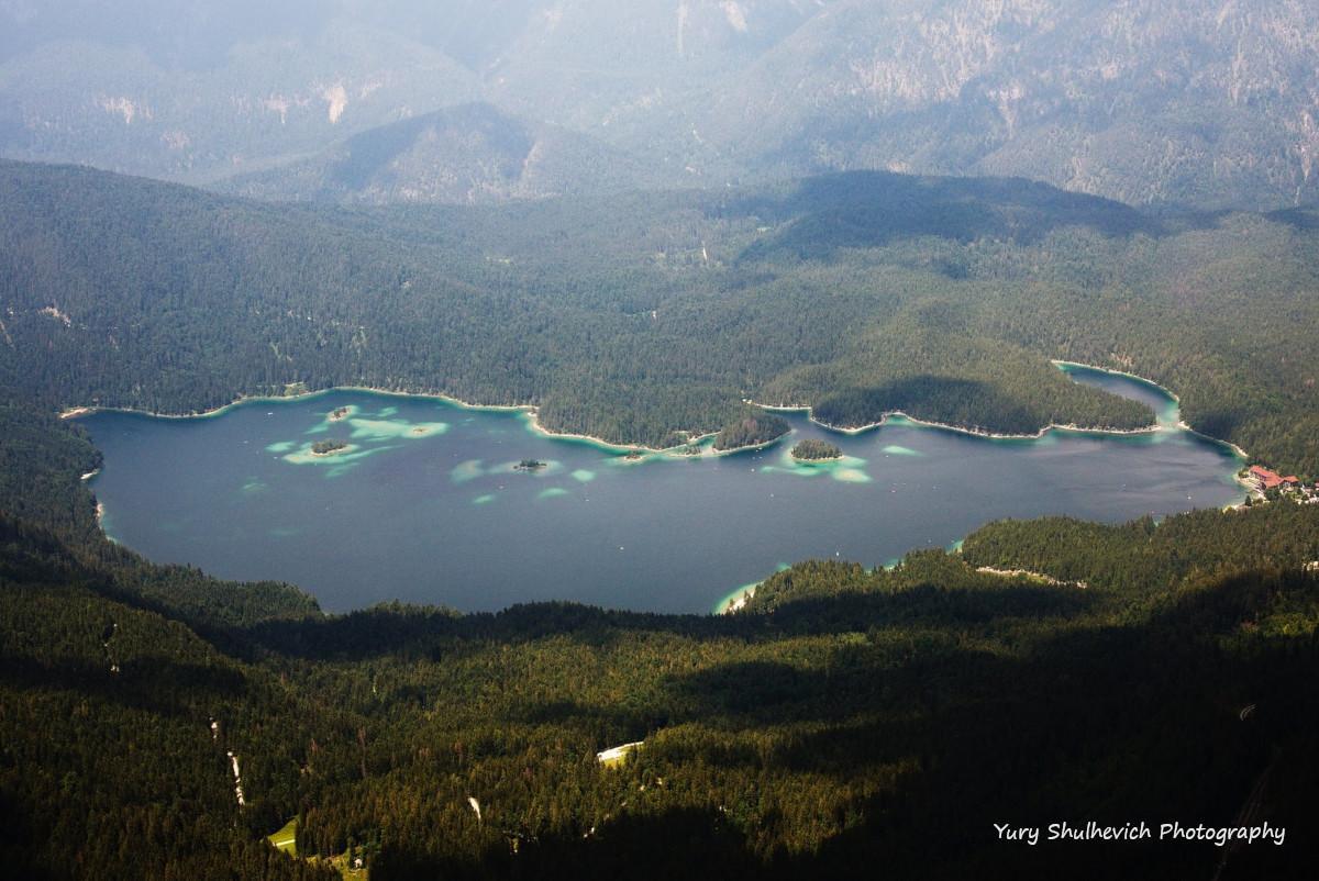 Неймовірний краєвид на озеро відкривається з кабінки канатної дороги / фото Yury Shulhevich