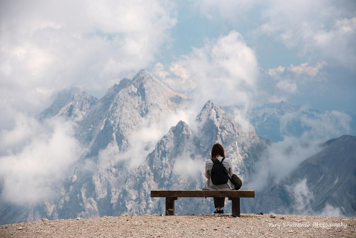 Лавочка на краю провалля - ідеальне місце дляфото/ фото Yury Shulhevich