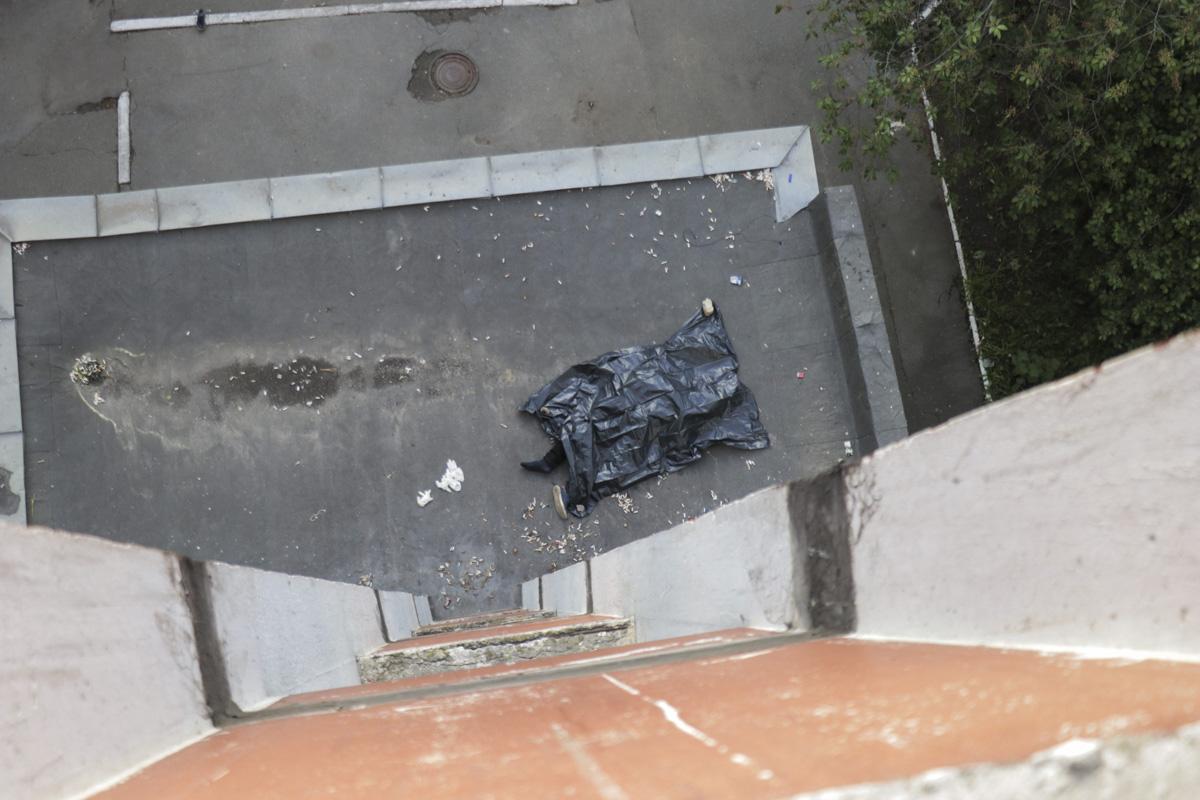 Підліток приземлився на дашок під'їзду / фото Інформатор