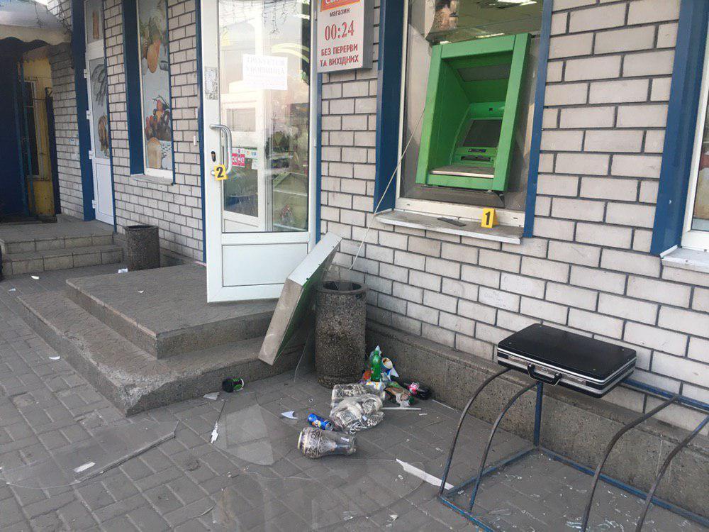 После взрыва в магазине разбиты окна, повреждены витрины и потолок / фото dp.informator.ua