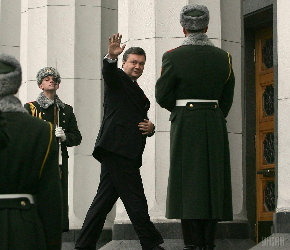 Когда Янукович входил в здание Верховной Рады, перед ним захлопнулась дверь / фото УНИАН