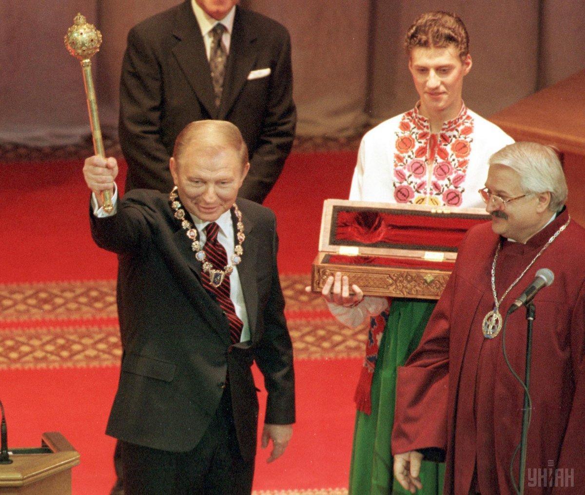 В 1999-м Кучма впервые ввел в моду атрибуты главы государства / фото УНИАН