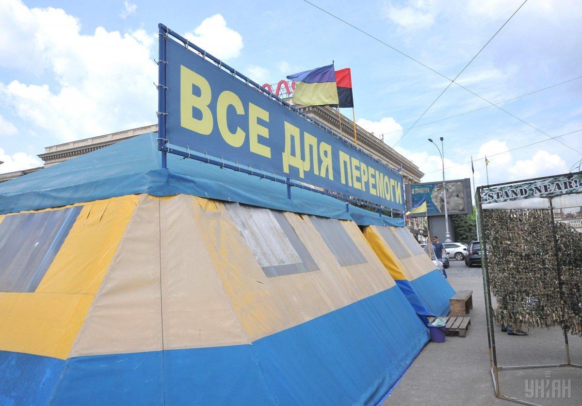 Суд не считает, что палатка создает препятствия для дорожного движения / фото УНИАН