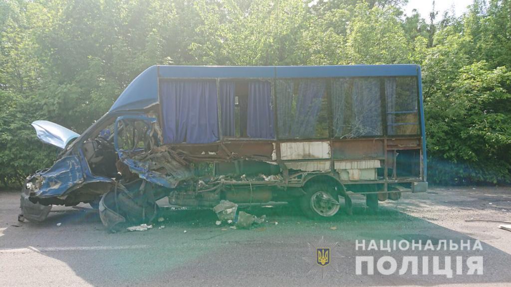 Четверо пассажиров получили повреждения и доставлены в больницу / фото vn.npu.gov.ua