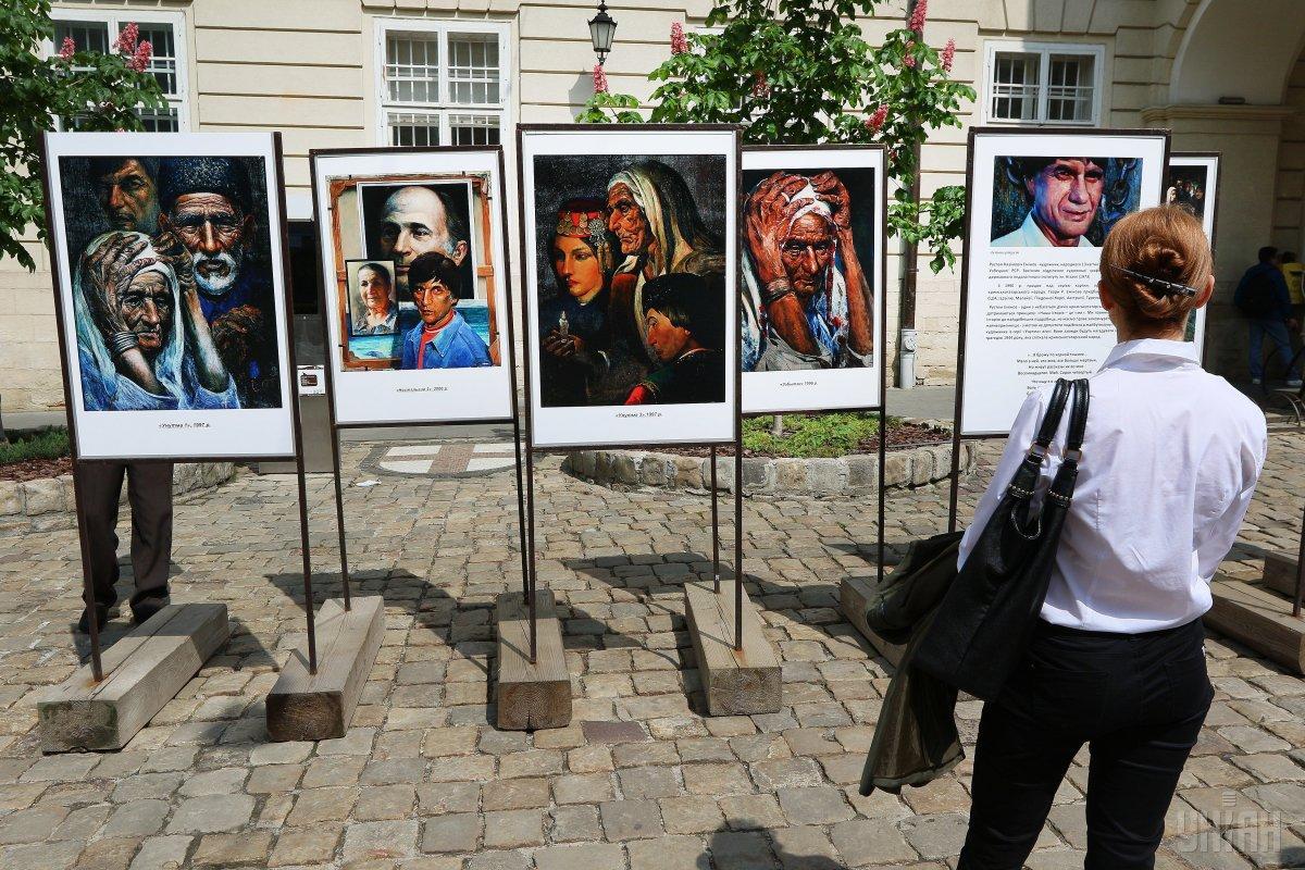 Перед Ратушей открыли тематическую выставку картин крымскотатарского художника Рустема Емінова / фото УНИАН
