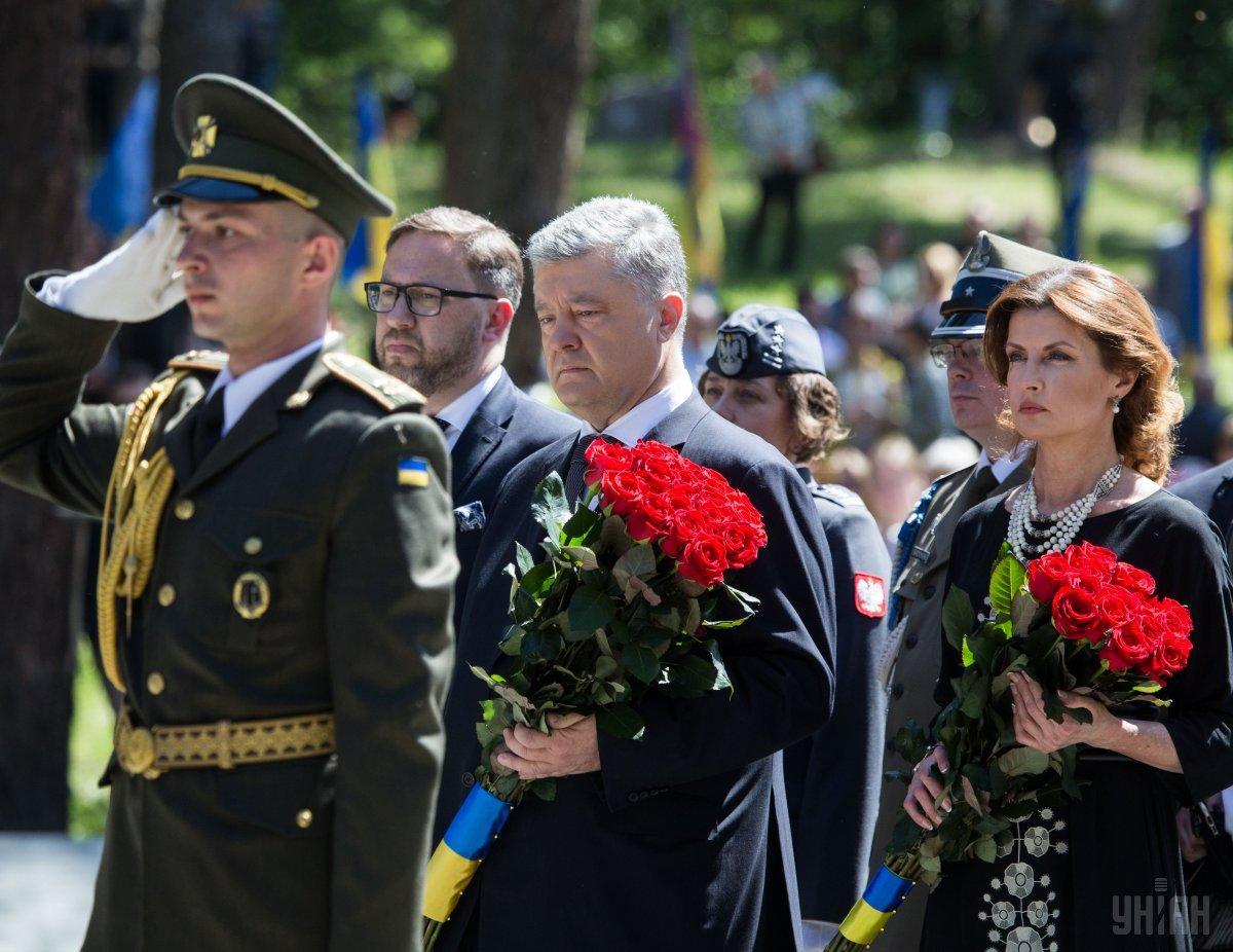 Порошенко вместе с женой возложили цветы к братской могиле на территории заповедника «Быковнянские могилы»  / УНИАН