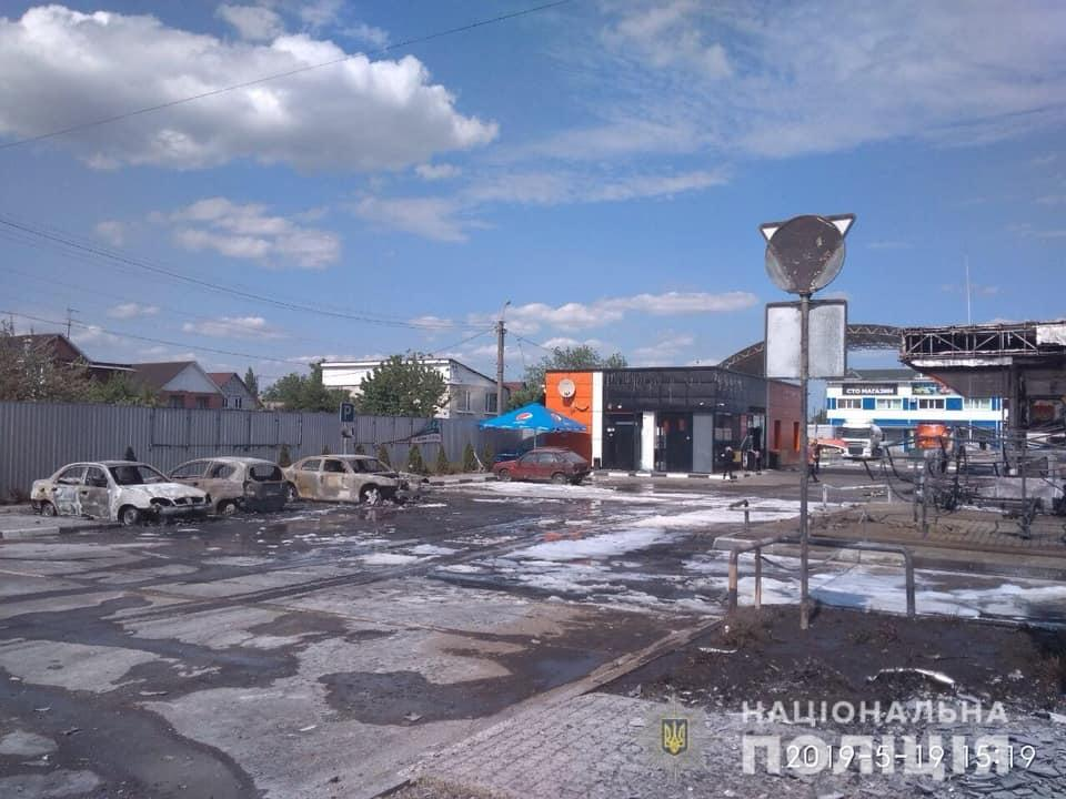 Вогнем знищено конструкцію АЗС та 4 легкових авто / фото facebook/mvs.gov.ua