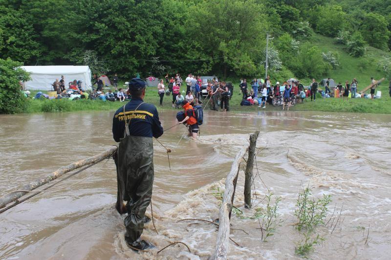 Спасательную операцию осложняло сильное течение / фото facebook.com/MNS.GOV.UA
