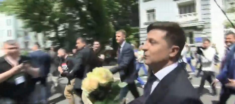 Зеленський подарував квіти поліцейській \ скриншот с видео