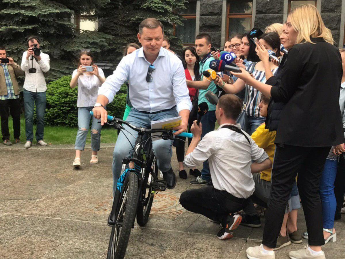 Накануне Ляшко приехал под АП на велосипеде / Фото: Анна Стешенко