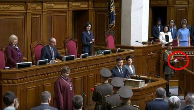 На инаугурации упало президентское удостоверение Зеленского / Скриншот