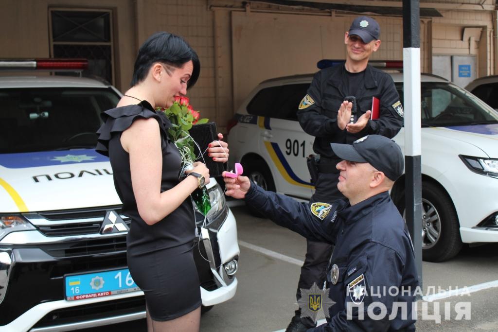 В Одессе спецназовец необычно сделал предложение своей избраннице / фото od.npu.gov.ua