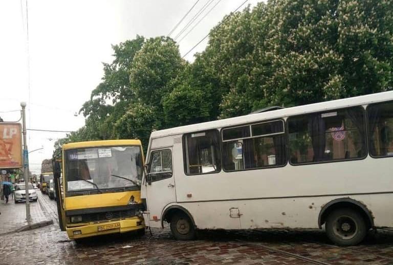 У Львові сталося лобове зіткнення двох маршруток / фото Варта-1