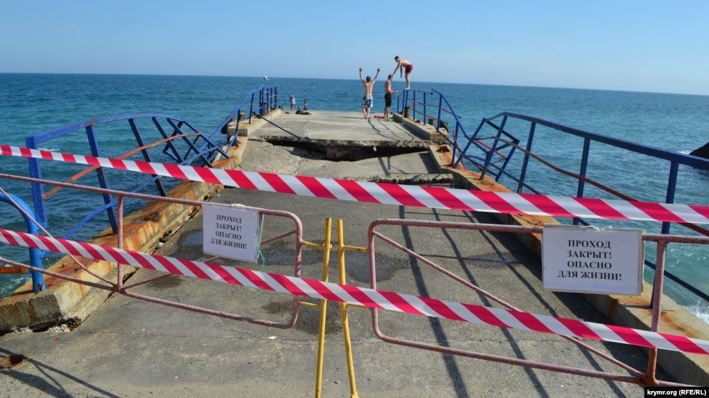 Зруйновану конструкцію демонтують / Фото: Крим.Реалії