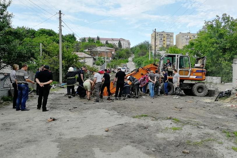 Под Харьковом спасатели достали из канализационного колодца двух пострадавших и тело одного погибшего / kh.dsns.gov.ua