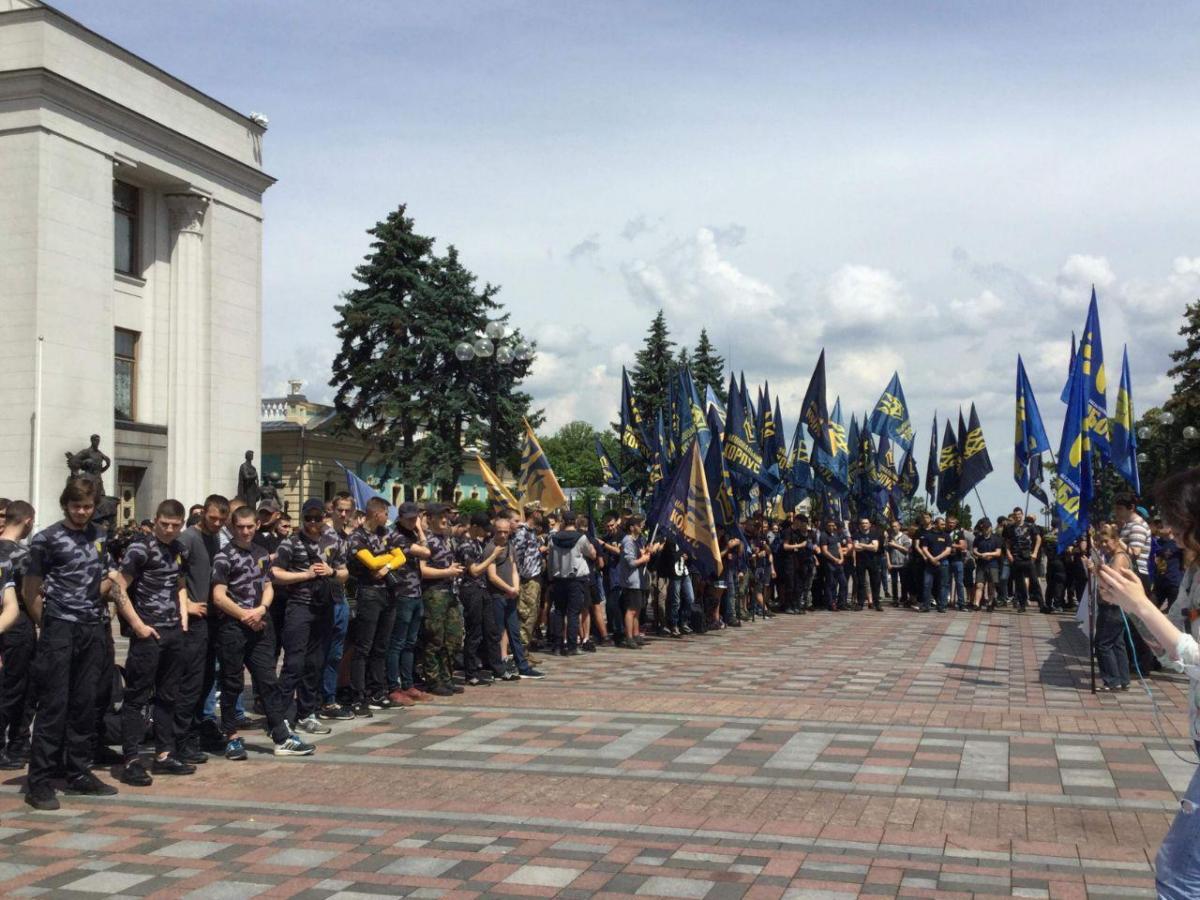 Сейчас под зданием парламента собрались несколько сотен активистов / УНИАН