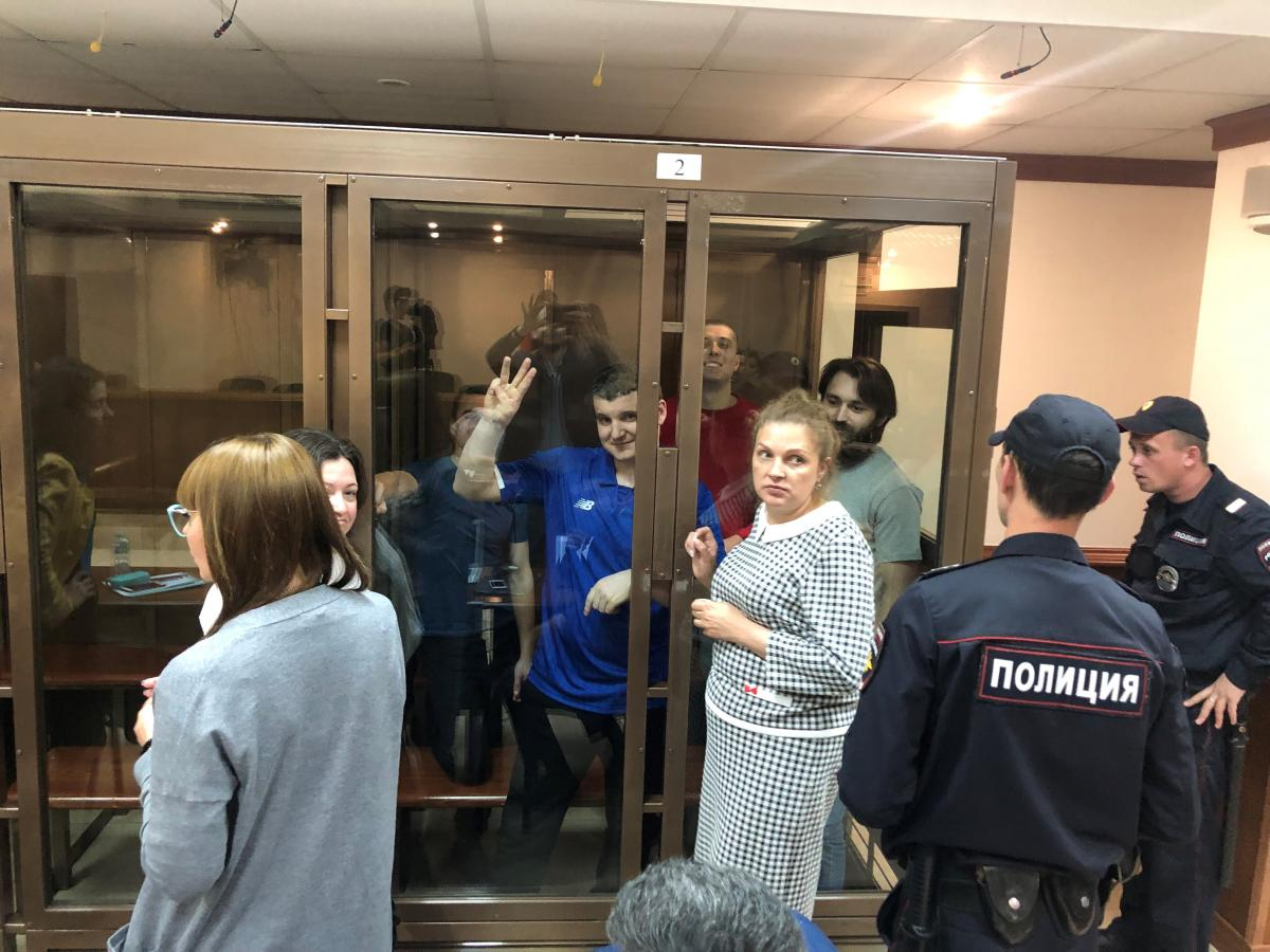 Военнослужащие держались на заседании суда уверенно и улыбались / фото Роман Цимбалюк, УНИАН
