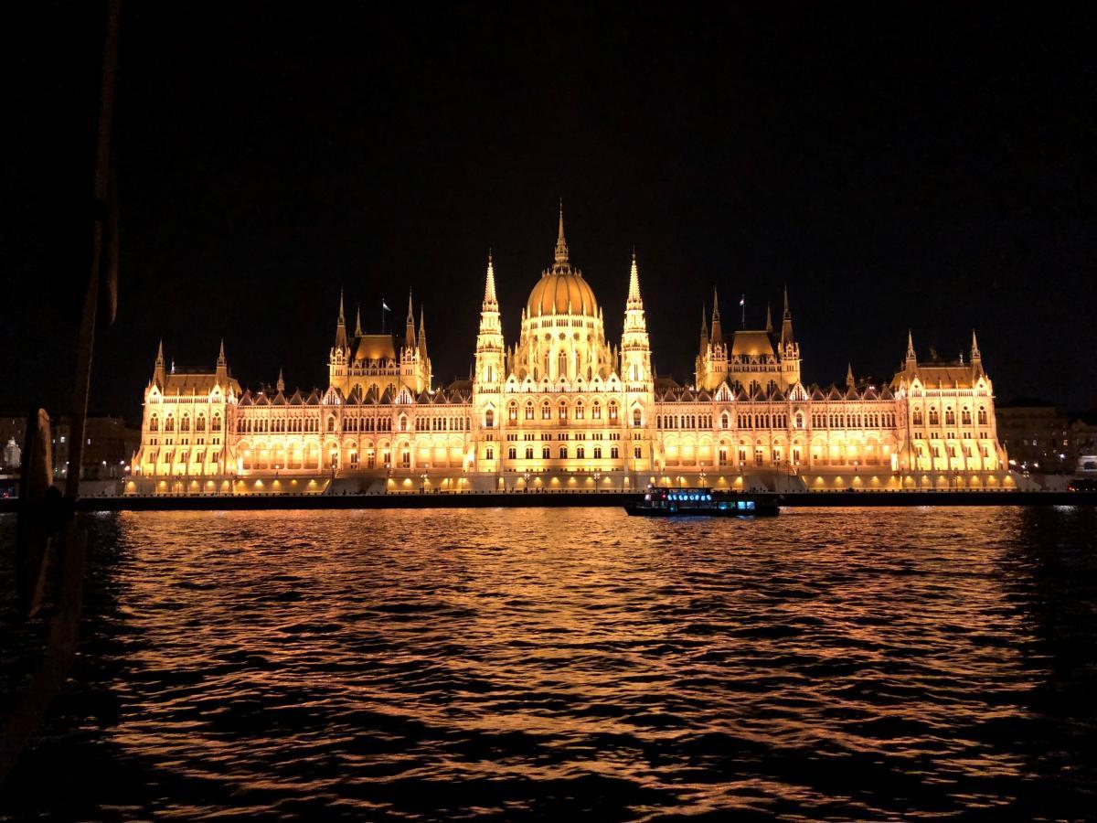 Венгерский парламент ночью / Фото Вероника Кордон