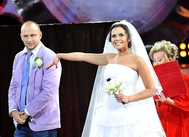 Настя Каменских в свадебном платье на сцене / фото tochka.net