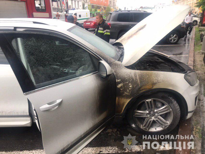 Горел моторный отсек авто / фото: пресс-служба полиции