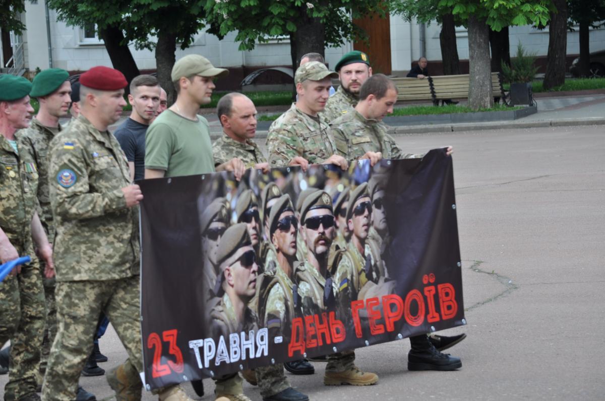 Колоною пройшли бійці військових частин й учасники АТО \ Віталій Тараненко УНІАН