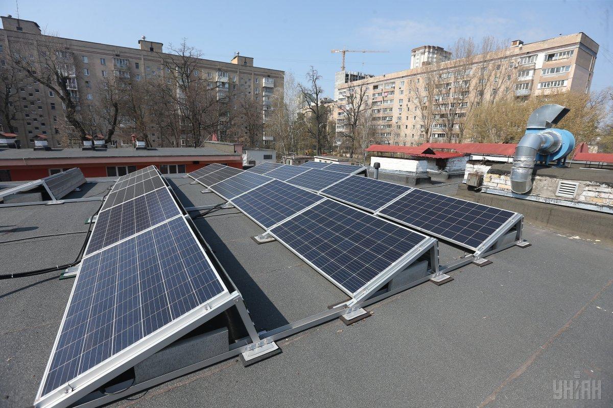 Українці активно встановлюють сонячні панелі на дахах житлових будинків / фото УНІАН
