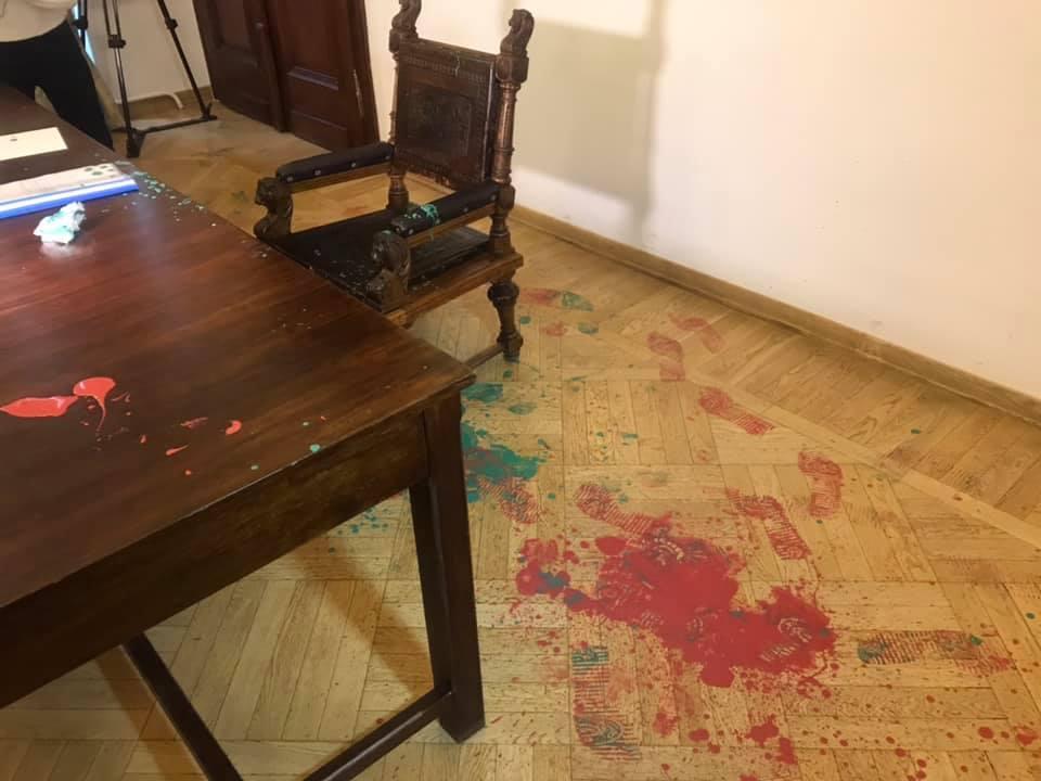 Краской также залили стол и пол / фото facebook.com/igor.zinkevych