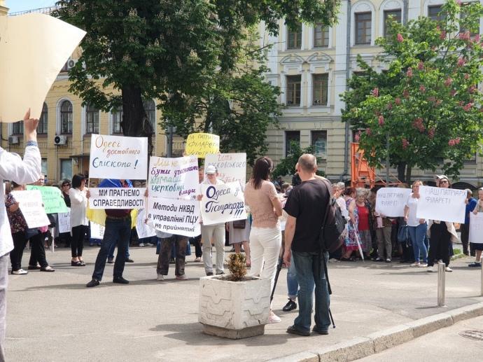 Возле проезжей ворот под стеной Софии находятся до сотни человек / фото Роман Романюк, Украинская правда