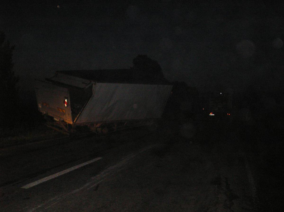 Рятувальникиза допомогою тросів перевернули вантажівку/ фото zp.dsns.gov.ua