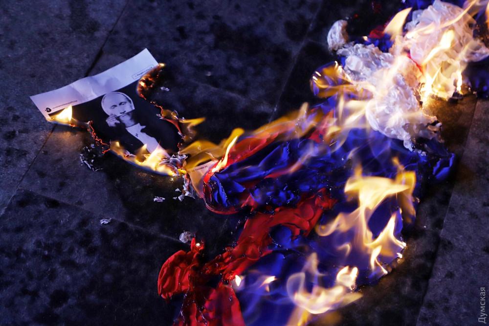 Активісти в Одесі спалили прапор Росії / фото dumskaya.net