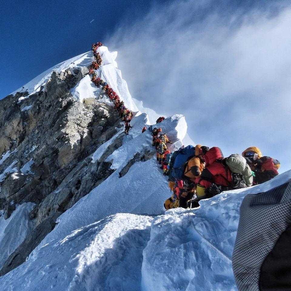 Туристамдоводиться стояти в чергах, щоб піднятися на вершину / фото facebook.com/NimsPurja