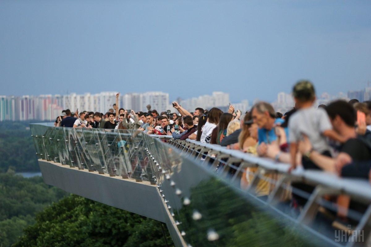 Міст має ламану форму / фото УНІАН