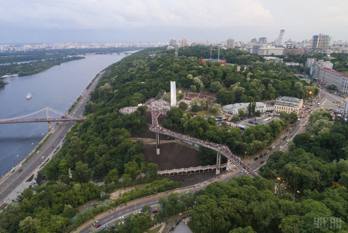 25 травня мер Києва Віталій Кличко, разом зі своїм братом Володимиром, урочисто відкрив двохсот десяти метровий пішохідний міст / фото УНІАН