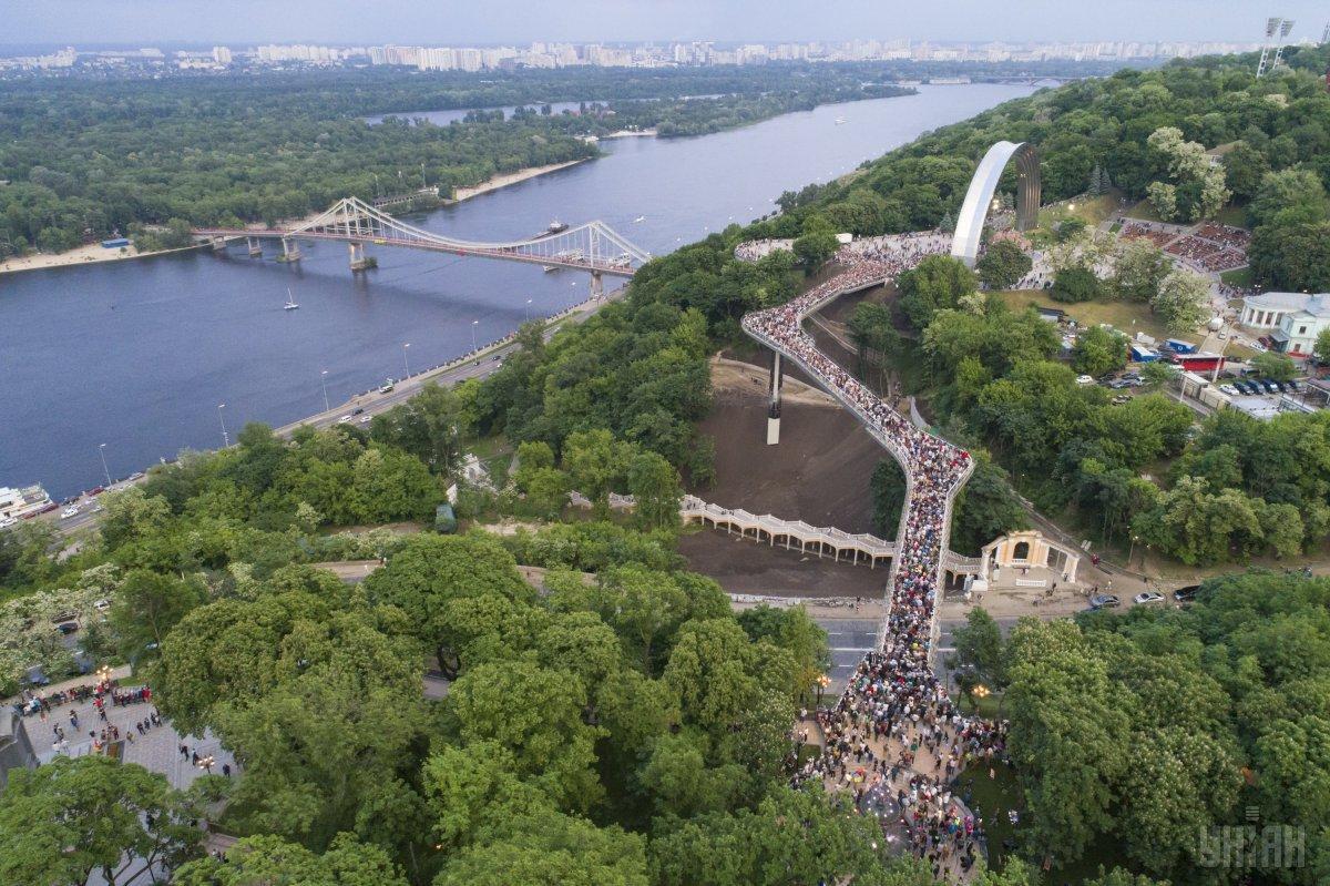 Через міст, за шалені гроші збудований поспіхом до Дня Києва, розгорається справжній скандал / УНІАН