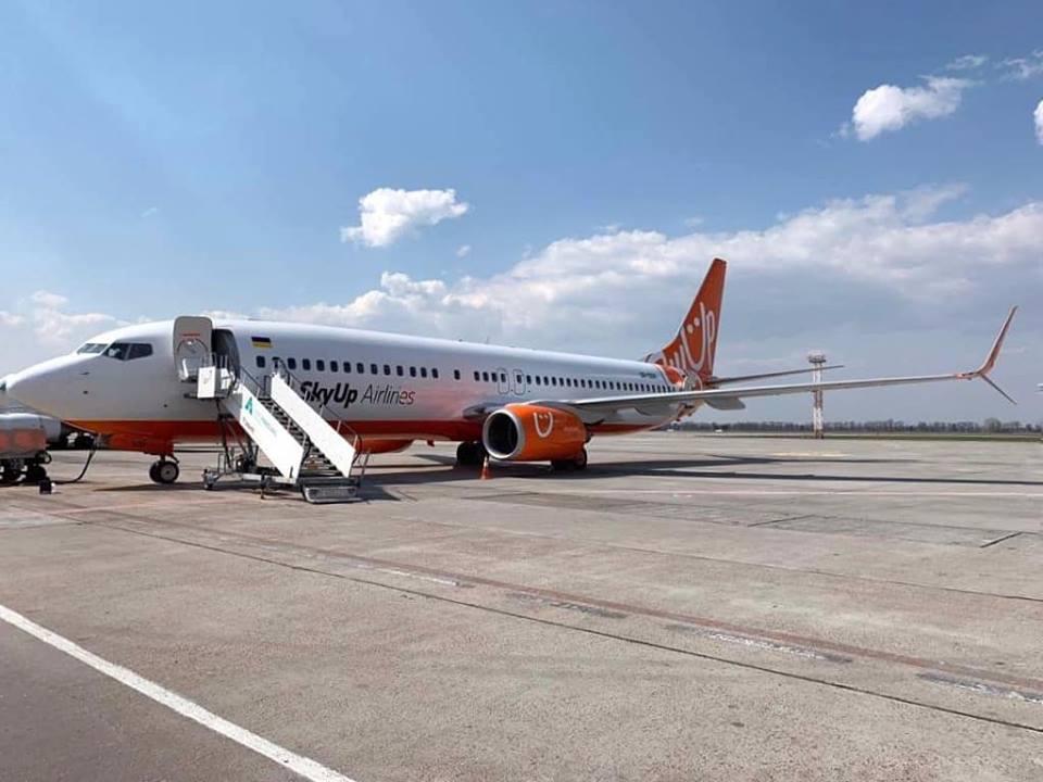Лоукост-компания будет осуществлять рейсы до Барселоны / фото: facebook.com/skyup.aero