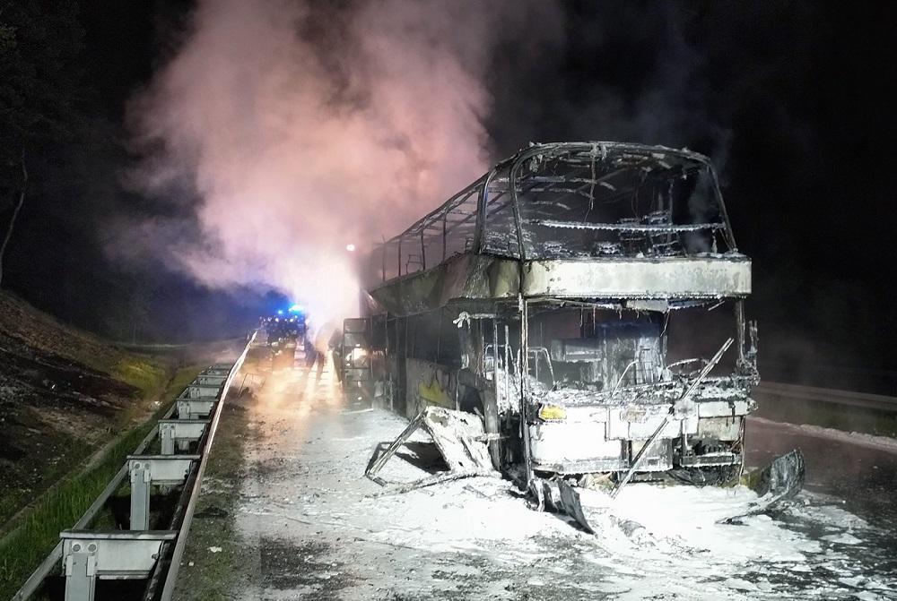 Огонь был настолько сильным, что выжег дыру в дорожном покрытии \ OSP Balice