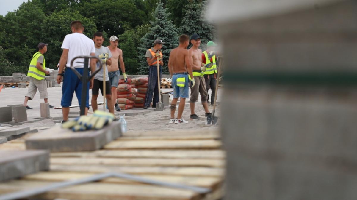 Більшість будівельників та техніки на будмайданчику – субпідряд / фото Олександр Соколов