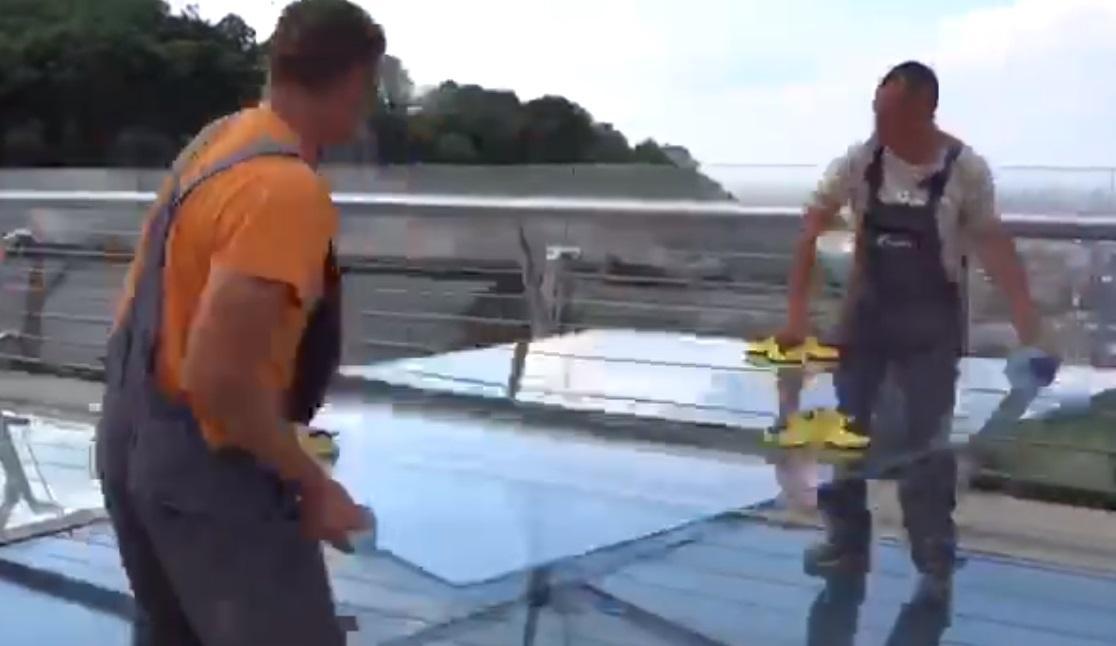 Кличко закликав берегти нове скло на мосту біля Арки Дружби народів / Twitter - Віталій Кличко